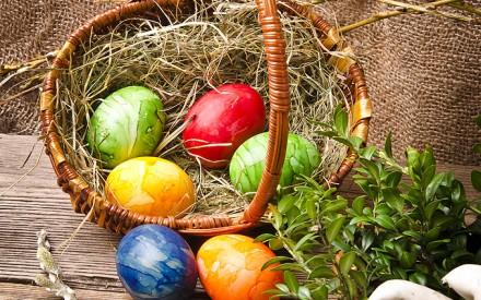 Osterkorb mit gefärbten Eiern